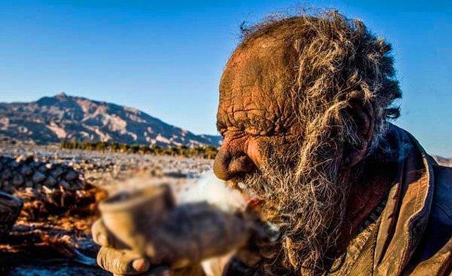 Hadji'nin tek özel zevki ise kendi gibi yeterince kirli olan su borusundan yaptığı piposu.