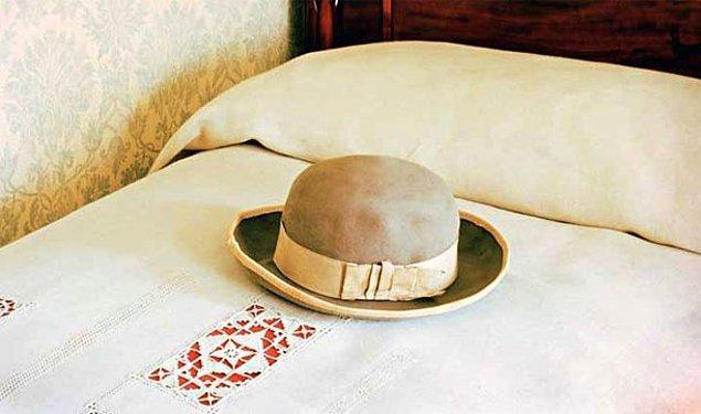 12. Şapkayı yatağın üzerine bırakmak
