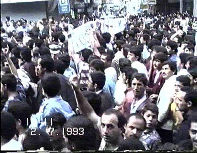 4) Olaylar, etkinliğin yapılacağı gün, yani 2 Temmuz 1993 günü, öğle saatlerinde başladı