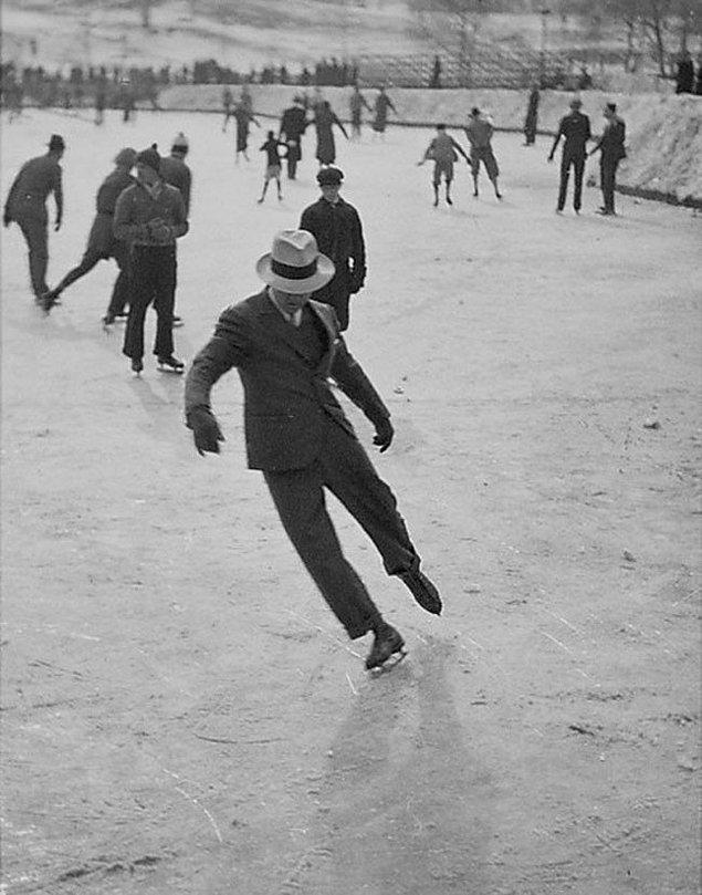 2. Bir adam takım elbisesiyle buz pateni yapıyor (1937)