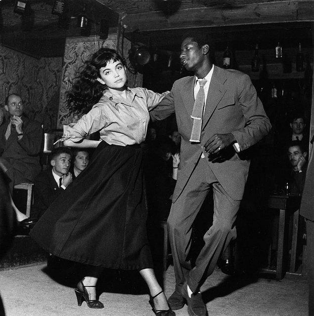 """5. Bir çift herkesi gözü önünde 1950'lerin """"Be Bop"""" tiyatrosunda dans ediyor"""
