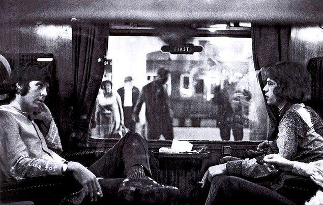 24. Bangor treninde karşılıklı oturan Paul McCartney ve Mick Jagger (1967)