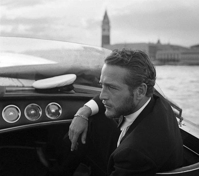 33. 6 kere Altın Küre ödülü kazanan Paul Newman film festivali sırasında Venedik sularında teknesiyle dolaşırken (1963)