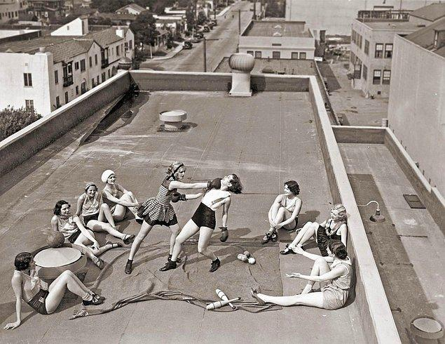 41. Los Angeles'ta bir çatıda boks maçı yapan kadınlar (1933)