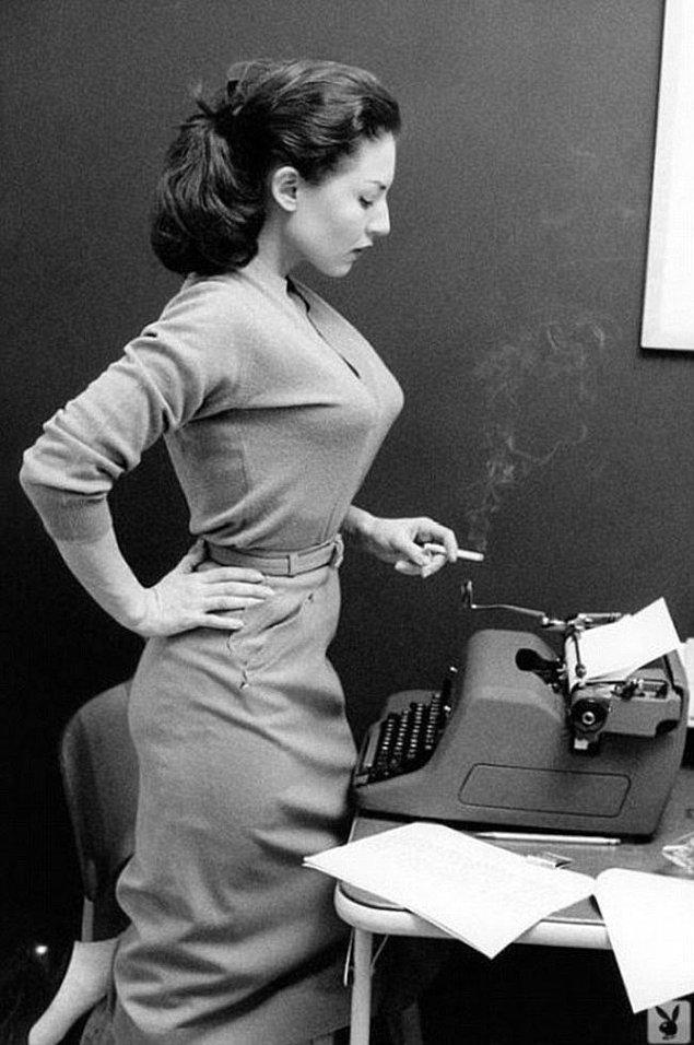 43. Daktilo başında sigara içen bir bayan