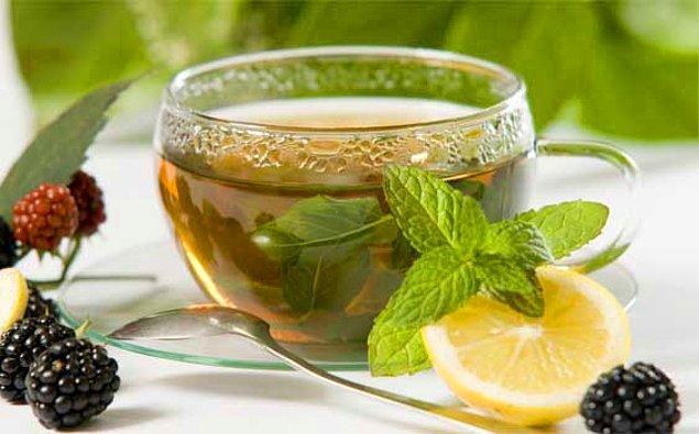 16. Yeşil çayda bulunan kateşin adlı antioksidan madde kilo kaybını hızlandırır. Karın bölgesindeki yağlanmayı azaltır.