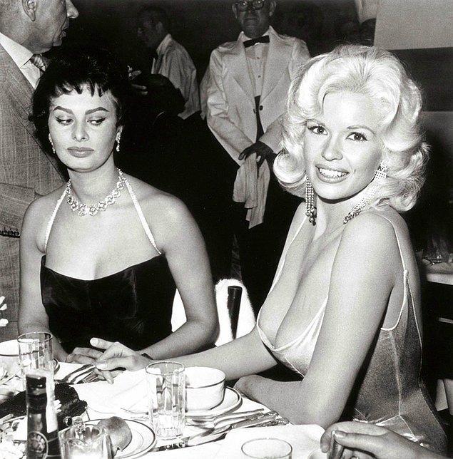 5. Kıskançlık; 12 Nisan 1957'de Sophia Loren kendi onuruna düzenlenen partide gözlerini Jayne Mansfield'dan alamıyor :)
