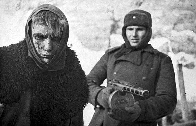 7. Yenilgi; Kızıl Ordu askeri esir bir Alman'ı yürümeye zorlarken.