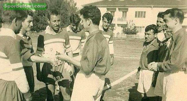 1. İzmirspor formasıyla İzmir Profesyonel Ligi'nde 1954-55 sezonunda çıktığı 18 maçta 17 gol atarak gol krallığı yaşadı.