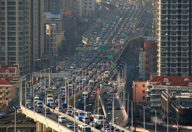3. Şangay, 12 gün süren ve 100 kilometreye uzanan trafik sıkışıklığıyla, bu konuda dünya rekorunu elinde bulundurmaktadır.
