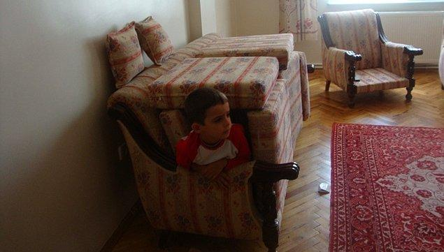 31. Yastık ve koltuk minderlerinden ev veya kale inşa etmek.
