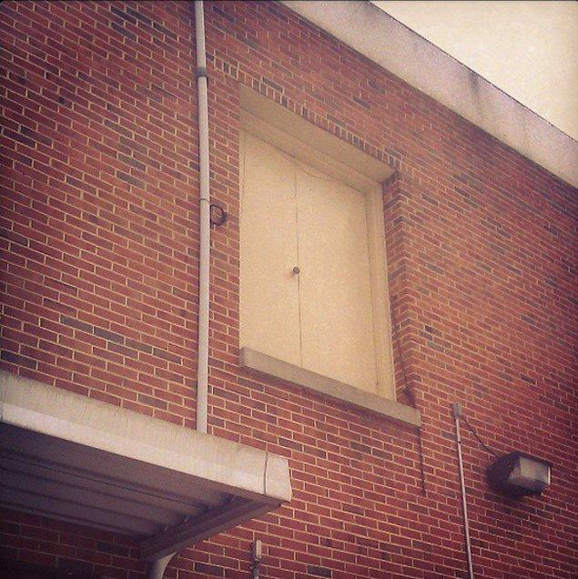 7. Kapıyı açıp, ikinci kattan aşağıya, kendini öylece atmak varken; kim ne yapsın merdivenleri...