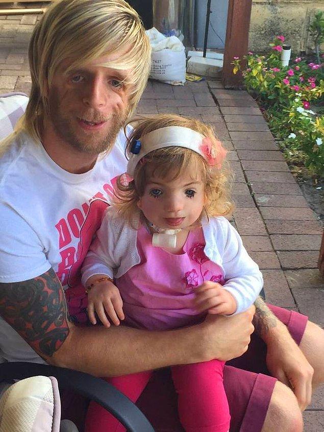 Жоно с маленькой девочкой.