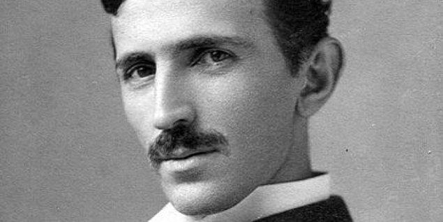 4. Edison ölüm döşeğindeyken Tesla'yı af dilemek için yanına çağırtmış fakat Tesla vaktimi boş laflar dinleyerek geçireceğime, insanlık adına gerekli icatları bularak geçiririm diyerek Edison'un son arzusunu yerine getirmemiş ve yanına gitmemiştir.