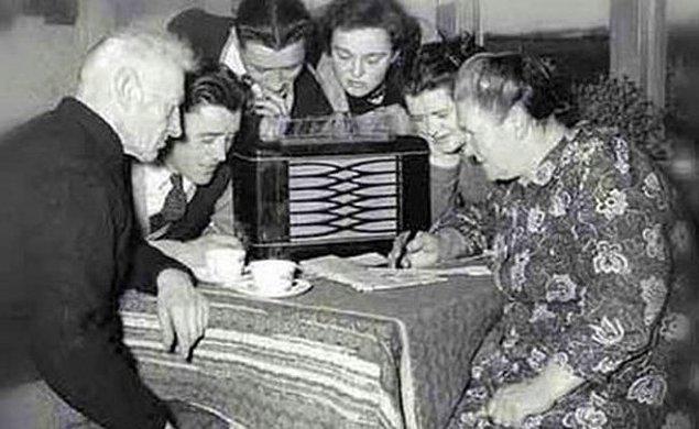 14. Tesla, Marconi'nin kabul edilen radyonun icadından 10 yıl önce radyo ilkelerini zaten göstermişti.