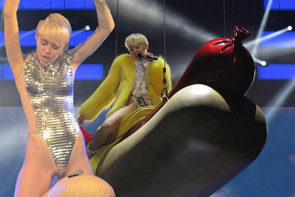 Superb blonde Miley May pulls down her fishnet pantyhose to boast of her ass № 641233 без смс