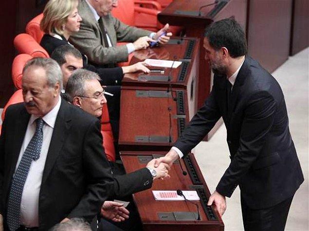 CHP eski genel başkanı Baykal, Hakan Şükür'le tokalaşırken.