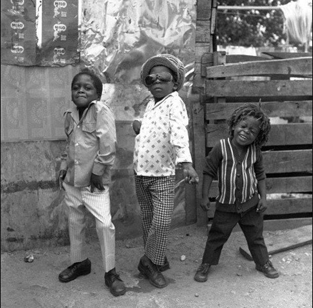 22. Jamaika sokaklarında poz veren üç çocuk.