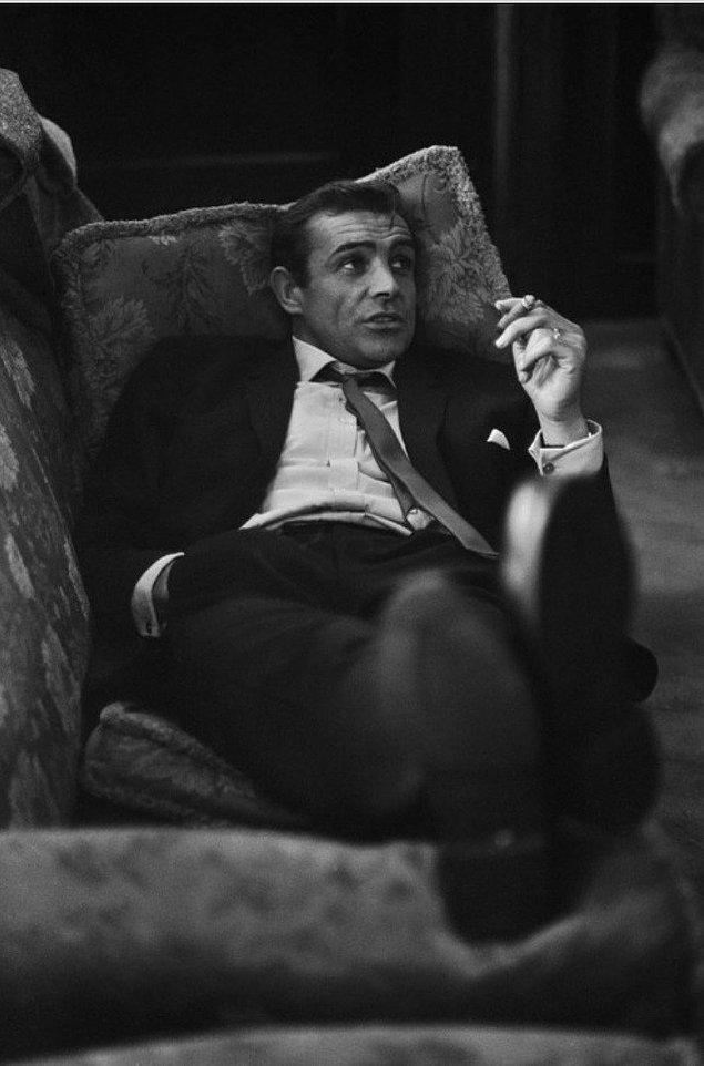 23. Genç Sean Connery bir koltuğun üstünde keyfine bakıyor.