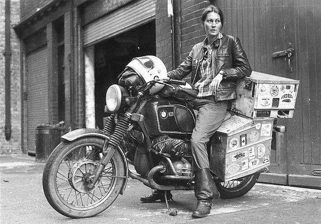 36. Dünyanın etrafını motorla dolaşan ilk İngiliz kadın olan Elspeth Beard.