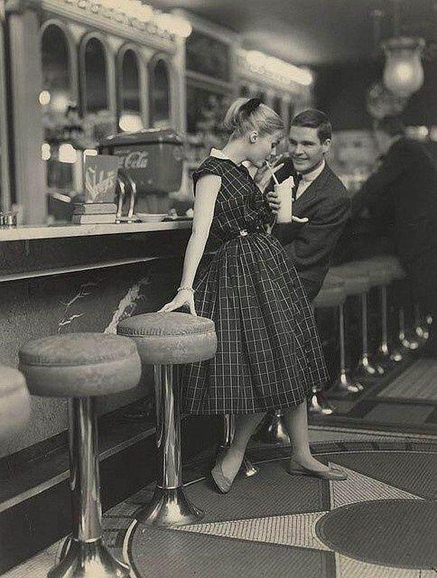37. 1950'li yıllarda 'randevuya çıkmak' kavramının ne kadar farklı olduğunu gösteren bir fotoğraf.