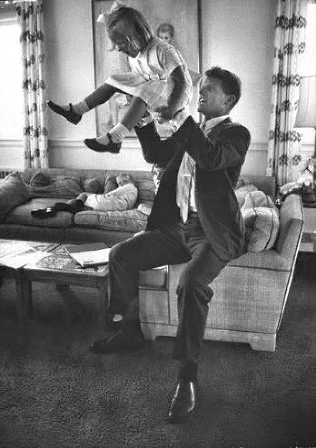 15- Siyasetçi Robert F. Kennedy ve kızı Mary, 1963.