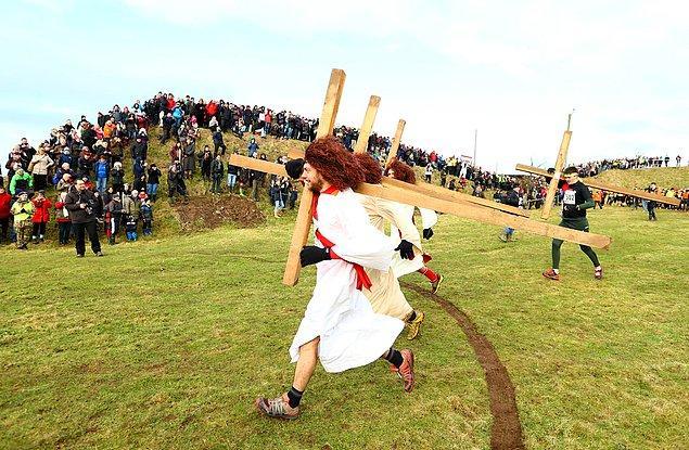 4. 40 kiloluk haç taşıyan ve İsa gibi giyinen koşucularda burada.