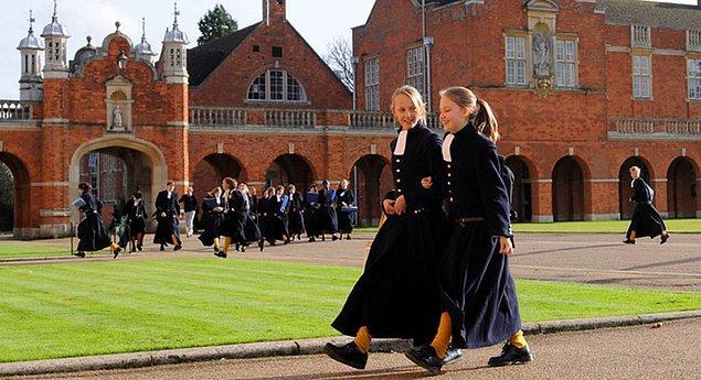 Hogwarts'ta binalar 4 taneyken bu okulda 8 bina var, öğrenciler bu binalara yerleşiyor.