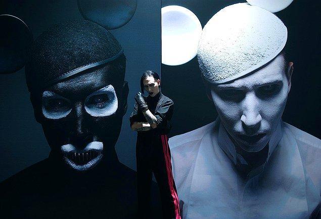 Manson'un bu meşhur görseli de Helnwein imzalıdır.