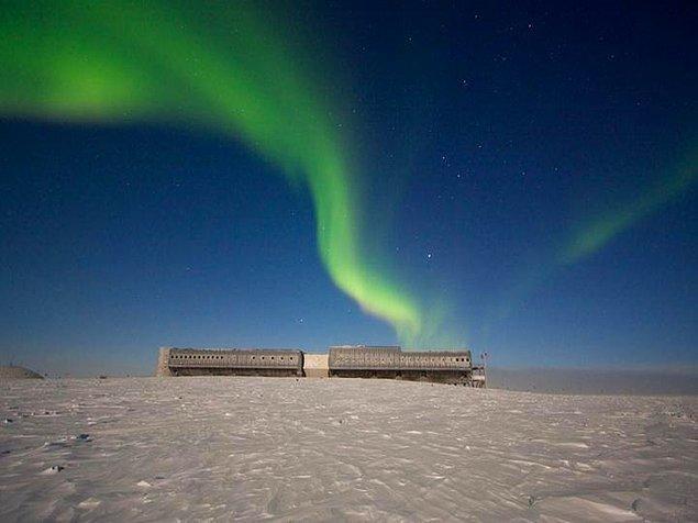 14. Gece burada kalabilen az sayıdaki şanslı insan Kutup Işıklarını yani Aurora'ları en nefes kesen haliyle görebiliyorlar.