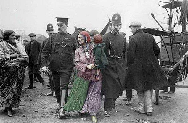 7. Yine aynı dönemlerde Danimarka, ülkeyi terketmeyen tüm Romanlara idam cezası getirir…