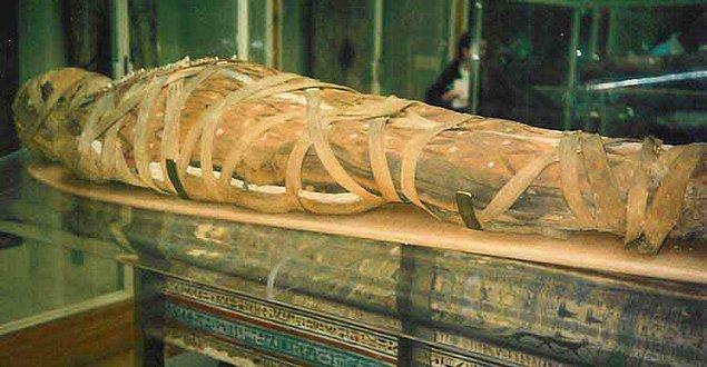9. 19 yaşına geldiğinde ise ani bir biçimde ölmüştür ya da daha çok kabul gören şekliyle öldürülmüştür.