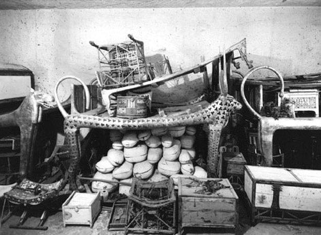 15. Tutankhaton'un mezarı Krallar Vadisi'nde yer almaktadır. Mezarından çıkanlar arasında hayvan mumyaları ve eşi Ankhesenamen ile burun buruna oldukları bir figürün yer aldığı lamba vardır.