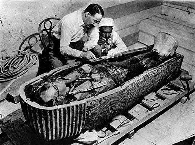 20. Mısır'ın tartışılmaya halen devam edilen firavunu Tutankhaton'un sırrı halen çözülebilmiş değildir. Mezarın açılması sırasında yaşanan 'talihsizlikler(!)' de göstermiştir ki bu sırrı çözebilmek de çok kolay olmayacaktır.