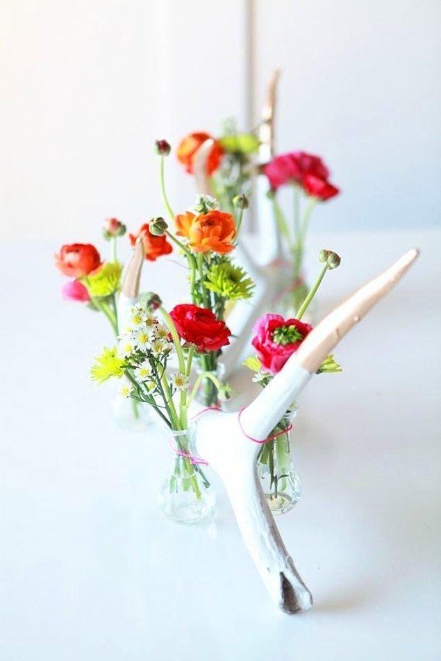 13. Minik kavanozlara minicik çiçekler koymaktan daha sevimli bir masa süsü olamaz