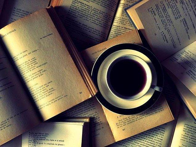 4. Bir bardak sıcak kahveyle, okumaya can attığınız kitaplara dalmak..