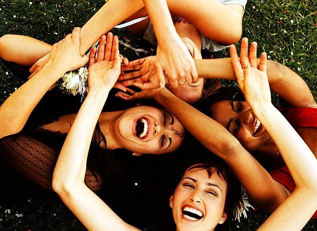 13. Arkadaşlarınızla bir araya geldiğinizde; çocukça şeyler yaparak, kahkahanın dibine vurmak...
