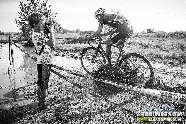12. Eğer fotoğraf çekiyorsan; birazcık (hani az da olmayabilir) çamurun kimseye zararı dokunmayacaktır.
