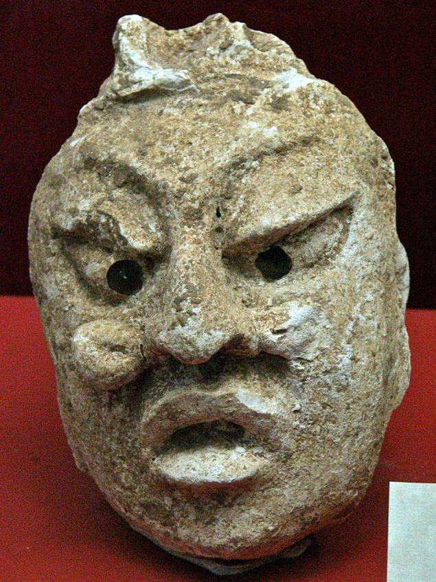 19. Düz bir alın, şaşı göz ve kemerli büyük burunlar Mayalarda asillik işareti sayılırdı.