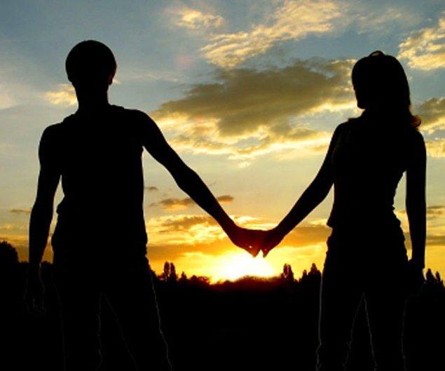 4. Sevdiği insanı aşırı sahiplenir