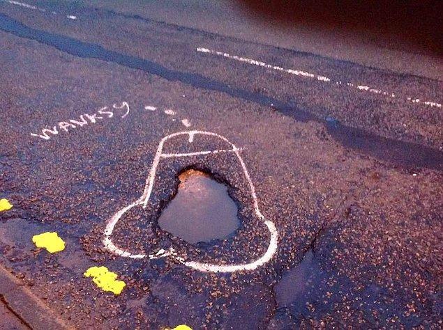1. İngiltere'nin Manchester şehrinde Wanksy lakaplı bir sanatçı yoldaki çukurlara, etrafına penis çizimleri yaparak belediyenin dikkatini çekmeyi amaçlamış.