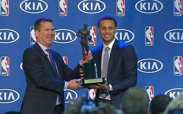 NBA'de normal sezonun MVP'si Stephen Curry, ödülünü aldı.