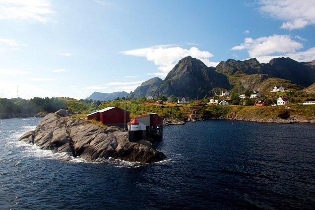 Lofoten Islands are one of the best local spots of Norway. Here you can rent a fishermen's cottage, you can try to catch cod and enjoy northern lights on the pebble beach.