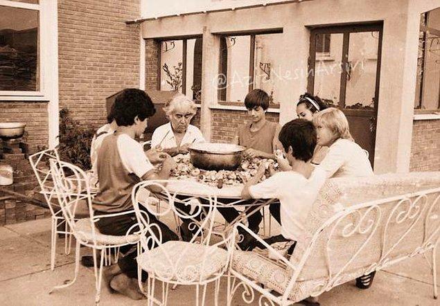 26. Nesin Vakfı'nın ilk dönemleri. Yemek, temizlik, bahçe ve hayvanların bakımı vb. işleri Aziz Nesin ve çocuklar üstleniyorlar.