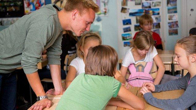 11. Sonuç olarak, Finlandiya öğretmen eğitim sistemi, tamamen bağımsız, sorumluluk sahibi, öğretmeye ve öğrenmeye aç, kendi kontrolünü kendi yapan ve hazırladığı müfredat ile araştırmacı, düşünen bireyler yetiştirmeye yönelik çalışan öğretmenler yetiştirmek için işliyor.