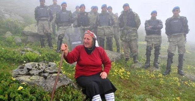 Havva Bekar Komando birlikleri eşliğinde getirilen iş makinelerinin önünde protesto gerçekleştirdi:
