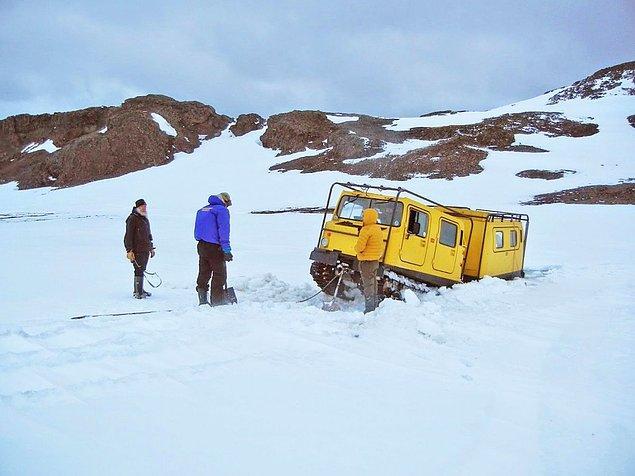 Antarktika gezisinde kara saplanıp kaldıktan sonra burada herkesin birbirine yardım ettiğini anlamış Gunnar.