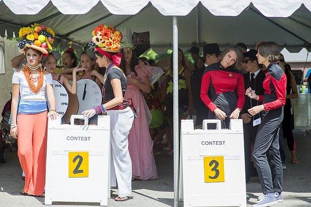 15. Düzenlenen yarışmada sahne almayı bekleyen kardeşler.