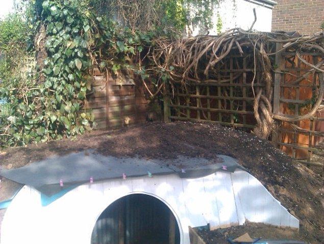 Ashley, çatı kaplama işini toprak örtüsüyle devam ediyor.