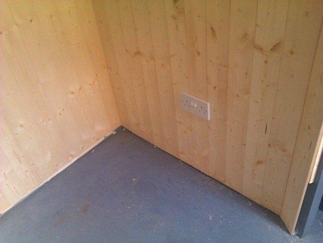 Evin duvarları ahşap kaplama yapmaya karar veren ikili, duvarları yaparken elektrik tesisatını da döşüyor.